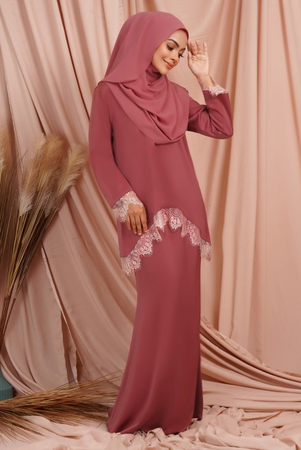 Jintan Kurung in Crimson Red